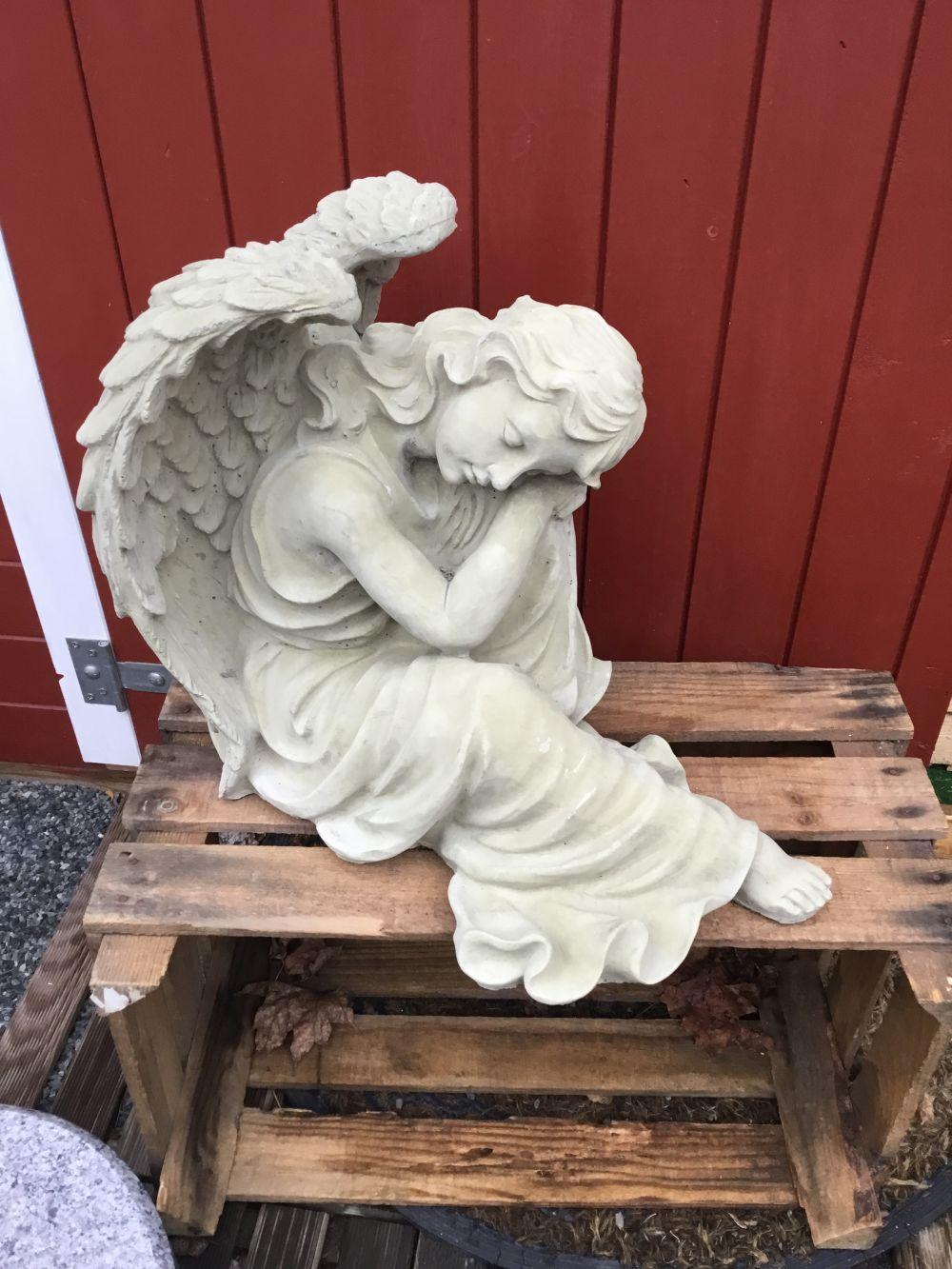 großer sitzender Engel 99€